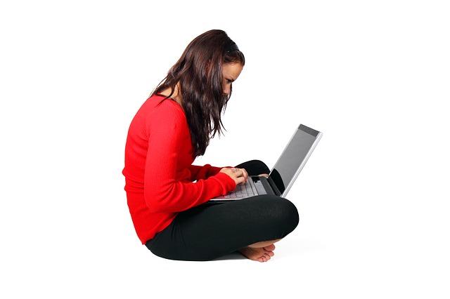 žena, červený svetr, notebook